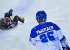 Video: Kazahu hokeja kauslis nogāž tiesnesi un aizslido