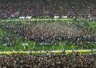 Video: Fanu pūlis dodas laukumā sveikt uzvarētājus