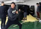 Video: Adetokunbo ar popkornu pārmāca komandas biedru
