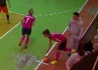 Video: Izlases dalībniece iesit pretinieču trenerim pa seju