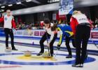 Šveices kērlingistes intriģējošā cīņā uzvar pasaules čempionātā