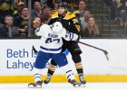 """Bostonā asumi un 83 spēka paņēmieni, """"Bruins"""" pārspēj """"Maple Leafs"""""""