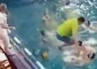 Video: Ūdenspolo treneris metas baseinā pāraudzināt spēlētāju