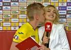 Video: Ukrainas izlases futbolists intervijas laikā noskūpsta daiļo žurnālisti