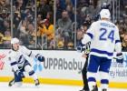 """Video: """"Lightning"""" NHL līderei vienā mazākumā iemet divus vārtus"""
