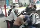 Video: Galvenais treneris iesaistās cīņā pret hokejistu