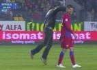 """Video: Līdzjutējs <i>izslēdz</i> """"Steaua"""" futbolistu"""