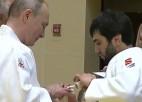 Video: Putins gūst zeltneša traumu