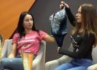 Video: Fit model sportistes: par spēka un pozēšanas treniņiem, peldkostīmiem un stereotipiem