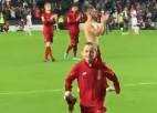 """Video: """"Liverpool"""" mazais fans saņem divus atteikumus, bet galu galā dabū kreklu"""