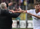 Video: Traks noraidījums Bundeslīgā: kapteinis notriec no kājām pretinieku treneri