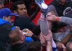 Video: Spēlētājs uzgāžas skatītājam, bet viņš turpina dzert alu