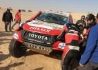 Video: Fernando Alonso Dakaras rallijā pieļauj kļūdu un uzmet divus kūleņus