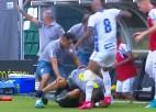 Video: Vārtsargs nogāž pretinieku fanu un saņem spērienu no komandas biedra