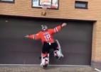Video: KHL vārtsargs teju pilnā ekipējumā demonstrē prasmes basketbolā