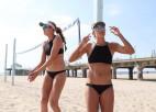 Video: Ar grāvēja fragmentu sportistes svin pludmaļu atvēršanu