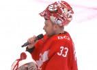 """Video: """"Spartak"""" vārtsargs Hudāčeks pēc uzvaras ņem mikrofonu un strādā ar faniem"""
