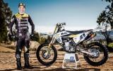 Foto: Pauls Jonass atrāda jauno sacīkšu motociklu
