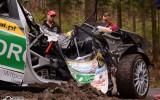 Foto: Rallija ekipāža piedzīvo smagu avāriju un iznīcina automašīnu