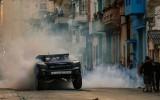 Video: Baldvins ar 850zs jaudīgu pikapu iztrakojas Havanas ielās