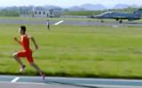 Video: Sprinteris pārspēj militāro lidmašīnu