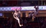 Video: Armijnieki nolaižas no griestiem uz iemetienu