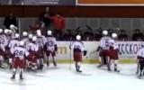 Video: Hokeja zēni sarīko vērienīgu masveida kautiņu, cīņa arī uz soliņa
