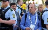 Video: Kopenhāgenas policisti izglābj žurnālistu no līdzjutēju nagiem