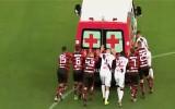 Video: Spēlētājiem jāiestumj neatliekamās palīdzības mašīna