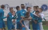 Video: Futbola puikas sarīko masveida kautiņu