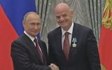 Video: Infantīno saņem ordeni no Putina un sāk runāt krievu valodā