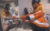 """Video: NHL kluba talismants """"Gritty"""" ārdās dusmu istabā"""
