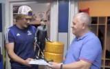 Video: KHL kluba galvenais treneris saņem oriģinālu dāvanu