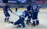 Video: Kučerovs pārspēj Korpisalo, komandas biedrs metas ceļos krieva priekšā