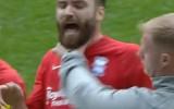 Video: Treneris pretinieku sagrābj aiz kakla