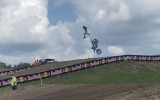 Motokrosa braucēji uzlido par augstu un nenoturas uz motocikla