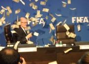 Protestētājs FIFA sanāksmē Blatera virzienā met naudas banknotes