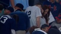 Fans spēlēs laikā bildina draudzeni un pazaudē gredzenu