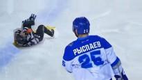 Kazahu hokeja kauslis nogāž tiesnesi un aizslido