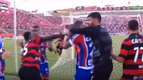 Trakumi Brazīlijas futbolā: masveida kautiņš, astoņi noraidījumi un pārtraukta spēle