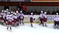 Hokeja zēni sarīko vērienīgu masveida kautiņu, cīņa arī uz soliņa