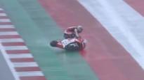 """Japāņu sportists """"MotoGP"""" sacīkstēs slapjā trasē krīt un """"sērfo"""" uz motocikla"""