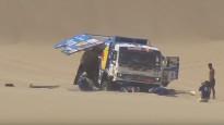 Dakaras rallijā Kamaz iesēžas kāpās, Iveco ekipāža apgāžas uz sāniem