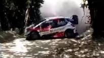 WRC ekipāža pēc avārijas saceļ necaurredzamu putekļu mākoni