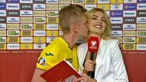 Ukrainas izlases futbolists intervijas laikā noskūpsta daiļo žurnālisti