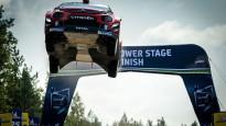 WRC čempionam Ožjē izdodas iespaidīgs lēciens Somijas rallija tramplīnā