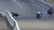 Moto dragreisa braucējs pēc smaga kritiena spēj piecelties kājās