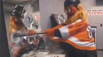 """NHL kluba talismants """"Gritty"""" ārdās dusmu istabā"""