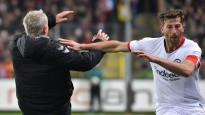 Traks noraidījums Bundeslīgā: kapteinis notriec no kājām pretinieku treneri