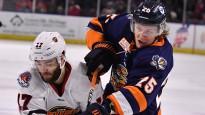 Ābols piekāpjas savā debijas kautiņā AHL